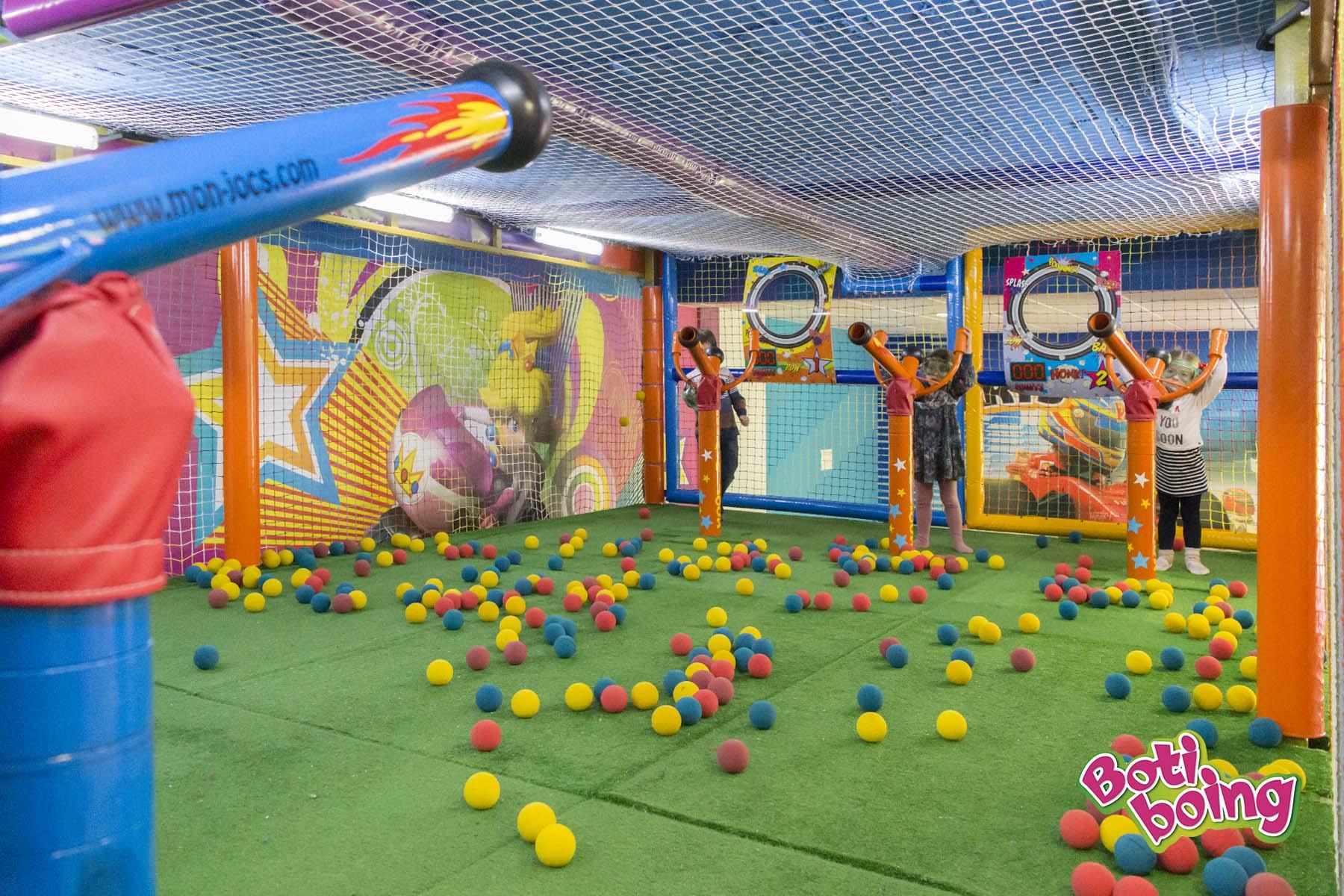 Cañones de aire. El mayor centro de ocio infantil de la capital de Almería